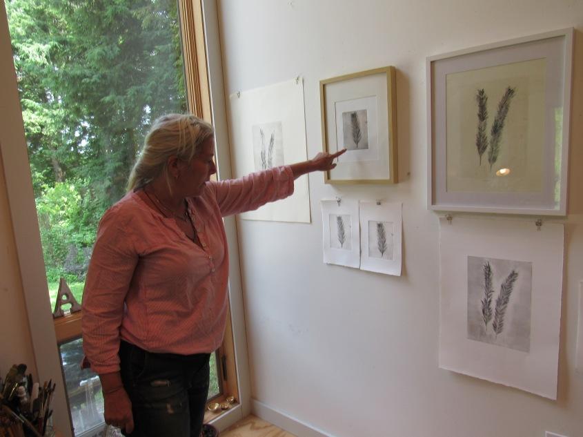Amy Masters Showing Her Prints. © Simona David